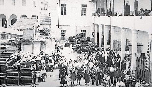 Δύο νεκροί από πυροβόλα όπλα και δεκάδες τραυματίες ήταν ο απολογισμός από τον εμπρησμό της εβραϊκής συνοικίας Κάμπελ (στη φωτογραφία, κάτοικοι της συνοικίας μετά τον εμπρησμό)