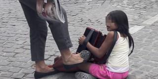 Κλοτσιά σε κοριτσάκι Ρομά στη σκιά της... Ακρόπολης