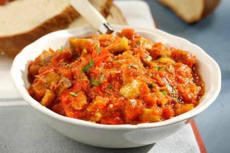 Η Εύη Βουτσινά μας μαγειρεύει σάλτσα με μελιτζάνες και πιπεριές
