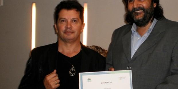 Ο Κώστας Ευαγγελάτος με τον ιστορικό τέχνης Λεόντιο Πετμεζά που του δίνει έπαινο για τη συμμετοχή του στην έκθεση στο Art Space Δεληολάνης.