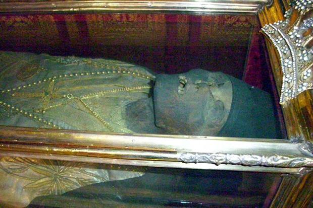 Το άφθορο λείψανο του Αγίου Διονυσίου.