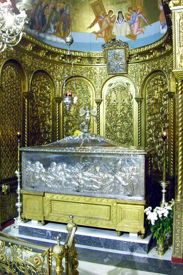 Η ασημένια λάρνακα με το σκήνωμα του Αγίου Διονυσίου (κλειστή).