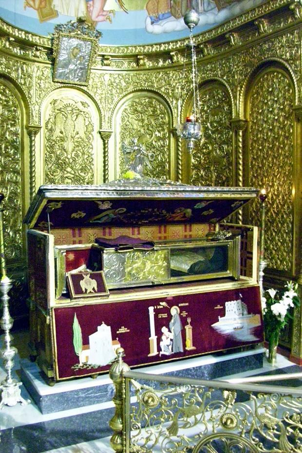Η ασημένια λάρνακα με το σκήνωμα του Αγίου Διονυσίου (ανοιχτή).