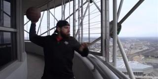 ΗΠΑ: Πετάει την μπάλα του μπάσκετ από ουρανοξύστη 171 μέτρων