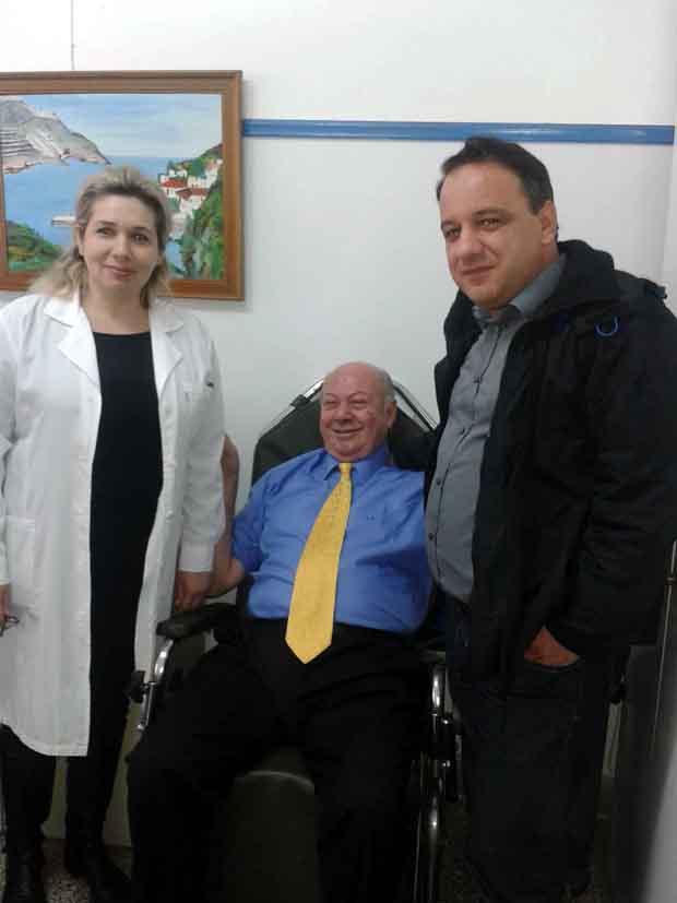 Ο Δήμαρχος Κεφαλλονιάς Αλέξανδρος Παρίσης συνοδευόμενος από τον δημοτικό σύμβουλο Παναγή Ρασσιά, επισκέφθηκε την περασμένη Τετάρτη το Μαντζαβινάτειο Νοσοκομείο στο Ληξούρι. Ο Δήμαρχος Κεφαλλονιάς συναντήθηκε με τον Διοικητή του Νοσοκομείου Διονύση Μαρκάτο, τους γιατρούς καθώς και το νοσηλευτικό και διοικητικό προσωπικό του Νοσοκομείου. Όλοι τον ευχαρίστησαν για τις αδιάκοπες και επιτυχημένες προσπάθειές του, ώστε το Μαντζαβινάτειο να παραμείνει αυτόνομο Νοσοκομείο. Ο Δήμαρχος Κεφαλλονιάς επισκέφθηκε και συνομίλησε με ασθενείς του Νοσοκομείου  στους θαλάμους τους ενώ με τον Διοικητή, τους γιατρούς και το προσωπικό του Νοσοκομείου συζήτησαν για τα ανοικτά ζητήματα και τις ανάγκες του Μαντζαβινάτειου. Ο Δήμαρχος Κεφαλλονιάς Αλέξανδρος Παρίσης υποσχέθηκε ότι θα συνεχιστεί η προσπάθεια για να επιλυθούν τα όποια προβλήματα, επεσήμανε όμως ότι το πιο σημαντικό είναι ότι το Μαντζαβινάτειο παρέμεινε ανοιχτό και συνεχίζει την λειτουργία του ως αυτόνομο Νοσοκομείο.