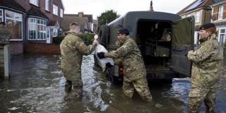 «Κόκκινος συναγερμός» και μπλάκ άουτ στη Βρετανία