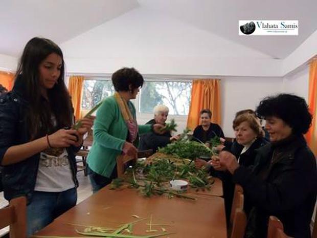 """Όπως κάθε χρόνο έτσι και φέτος, γυναίκες από τον Καραβόμυλο, συναντήθηκαν στο κελί της εκκλησίας του χωριού και έφτιαξαν τα βάγια.  Τα """"υλικά"""" που χρησιμοποιούν είναι... κλαδί ελιάς, δαφνόφυλλο, δενδρολίβανο και φύλλο από φοίνικα.  Στις φωτογραφίες και στο video που ακολουθούν, μπορείτε να δείτε, αλλά και να ακούσετε πως φτιάχνουν τα βάγια στο χωριό μας καθώς και το έθιμο με το """"βάγιο της νύφης""""."""