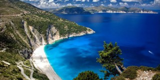 Η παραλία-σήμα κατατεθέν της Κεφαλονιάς είναι ο πολυβραβευμένος Μύρτος με τα γαλαζοπράσινα νερά άσπρα βότσαλα και την ανεπανάληπτη θέα που προσφέρει απλόχερα από τα ψηλά και απόκρυμνα βράχια που τον σκιάζουν