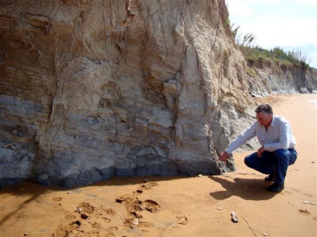 Στο νότιο άκρο της χερσονήσου της Παλικής εκεί που πρώτα η θάλασσα έφθανε μέχρι το βράχο, σε ύψος όπως φαίνεται και από το σημάδι που έχει αφήσει, τώρα με την ανύψωση του εδάφους εμφανίστηκε μια ολόκληρη και πανέμορφη αμμουδιά
