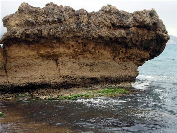 Κεφαλλονιά: μια παραλία γεννιέται! Εδώ, παρατηρώντας τη γκρίζα ζώνη επάνω από τη στάθμη της θάλασσας, καταλαβαίνουμε το πόσο έχει ανυψωθεί ο βράχος με την πάροδο του χρόνου.