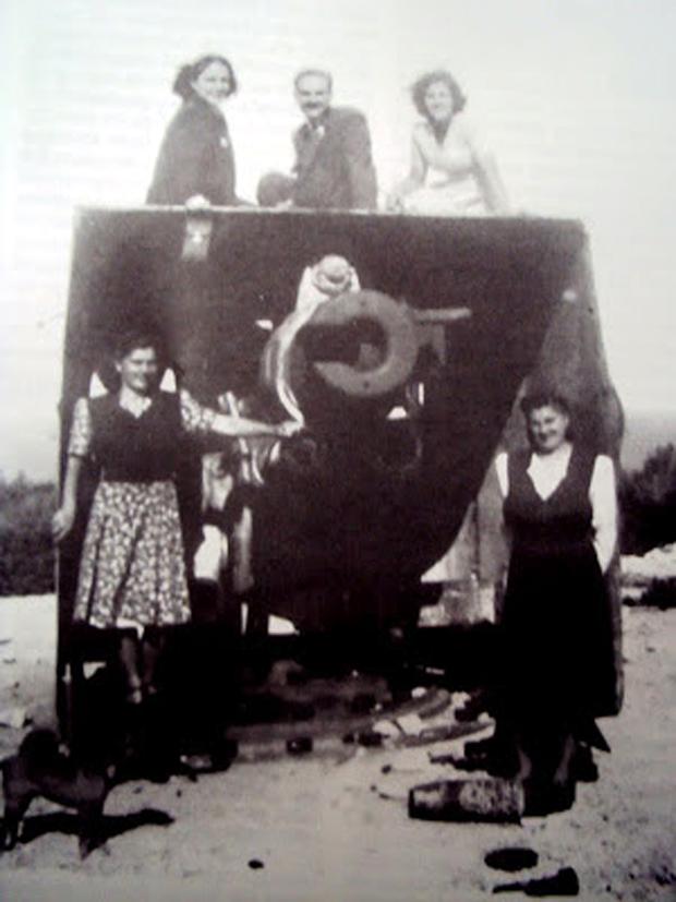 Στο παλιό γερμανικό οχυρό Μπαταρία κατά την περιοδο 1950-1955. Κάτοικοι της Κεφαλονιάς ποζάρουν πάνω στις εγκαταστάσεις του πυροβόλου 4 που τότε δεν είχε απομακρυνθεί ακόμα από τον στρατό. (αρχείο Παταμιάνου-Βανδώρου)