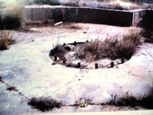 Στο οχυρό Μούντα σε πρώτο πλάνο η βάση του πυροβόλου 3 (Ν. Τσελέντης)