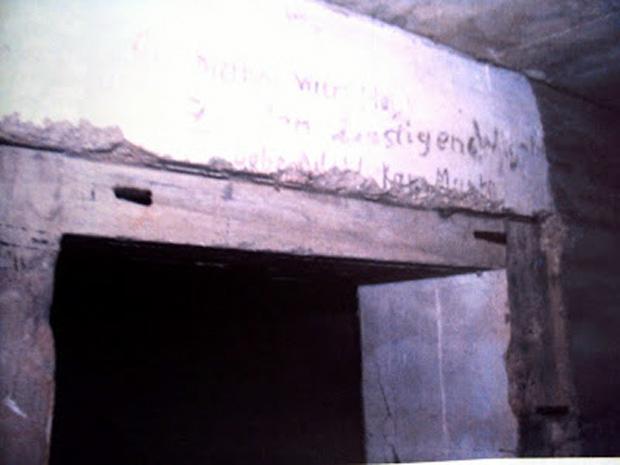 Οχυρό Μούντα. Στο άνω μέρος της πορτας διακρίνονται ακόμα μερικές γερμανικές επιγραφές. (Ν. Τσελέντης)