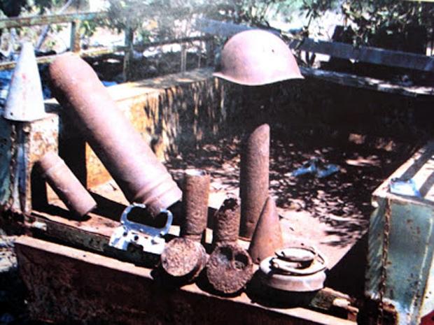 Ευρήματα στα Αντύπατα. Ένα ιταλικό κράνος, ένα γερμανικό φωτιστικό βλήμα οβίδες και κάλυκες αντιαρματικών. (Ν. Τσελέντης)