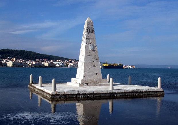 Η «Κολώνα» (οβελίσκος), αναθηματικό μνημείο της βρετανικής διοίκησης στη γέφυρα του Αργοστολίου.