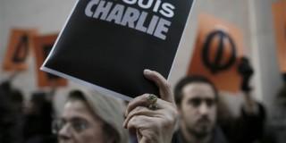 «Je suis Charlie» φωνάζει πλήθος κόσμου σε Αθήνα και Θεσσαλονίκη
