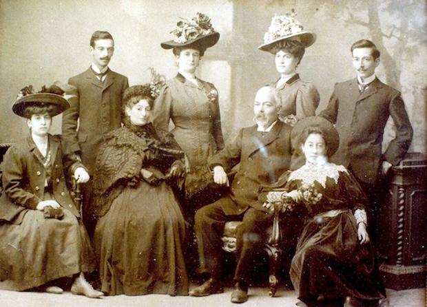 Η οικογένεια Καρούσου στην Κεφαλονιά περί το 1910: (επάνω από αριστερά) Σπύρος, Ελπίδα, Πέρδικα (η γιαγιά μου), Γεράσιμος, (κάτω από αριστερά) Ελένη, Μαρία (η προγιαγιά μου), Ανδρέας (ο προπάππους μου) και Πόπη