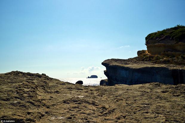 Στο βάθος το νησάκι του Δία φωτογραφημένο από το ακρωτήρι του Λιάκα