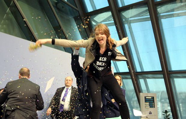 Eπίθεση διαδηλώτριας στον Μάριο Ντράγκι