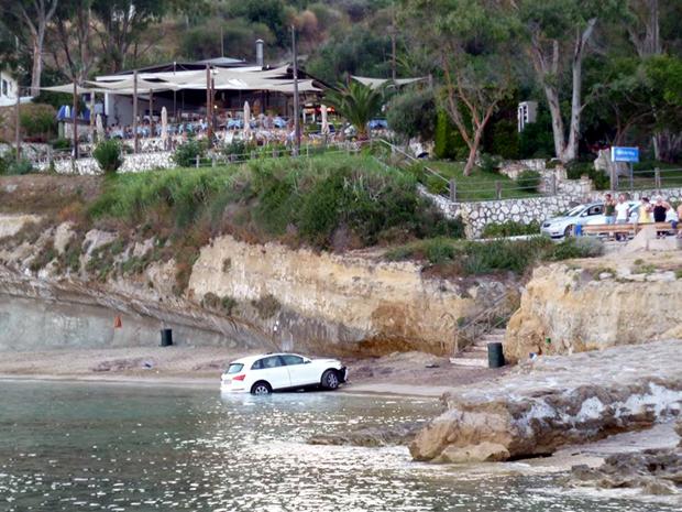 Βουτιά αυτοκινήτου στη θάλασσα