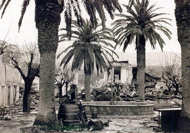 Η πλατεία καμπάνας γκρεμισμένη από τον σεισμό του 1953
