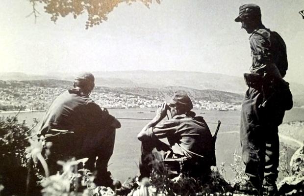 Φωτογραφία στην οποία διακρίνονται στρατιώτες της μεραρχίας Edelweiss, στους λόφους πάνω από τον γύρο του Κουτάβου, πριν να εισέλθουν στο Αργοστόλι στις 22 Σεπτεμβρίου 1943.