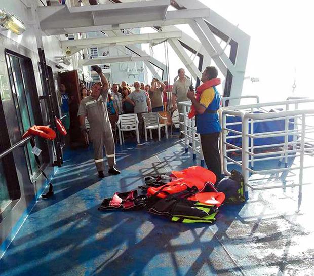 Πλήρωμα και επιβάτες έτρεξαν κοντά στους Σύρους πρόσφυγες, τους πρόσφεραν κουβέρτες, πετσέτες, τρόφιμα, ενώ δύο γιατροί που ήταν μεταξύ των επιβατών βρέθηκαν στον χώρο για να βοηθήσουν.