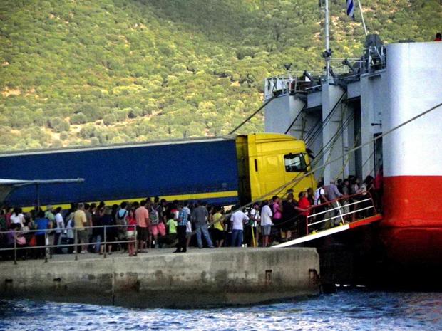 Το πλοίο φορτώνει στο λιμάνι της Σάμης