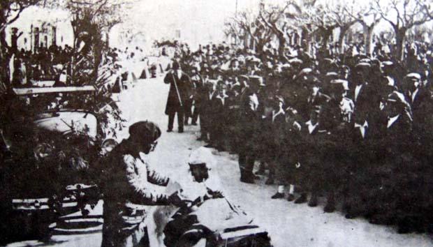 """Καρναβάλια 1928. """"Ο Μενέλαος θηλάζων. Απόσπασμα εκ τουρεφικού Σταθμού Αργοστολίου"""". Νταντά ο Μενέλαος Αποστολάτος. Μπέμπης ο Γιάννησ Σπυράτος ή Γομπογιάννης."""
