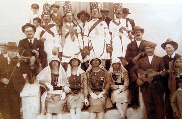 Καρναβάλι 1925. Μασκαράδες από τα Καρδακάτα