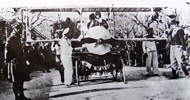Καρναβάλια 1928. Το βραβευμένο ΑΕΡΟΠΛΑΝΟ. Κατασκευάστηκε από τους Διονύση και Σπύρο Ιακωβάτο και το παρουσίασε η παρέα του Σπύρου Βαβάση.