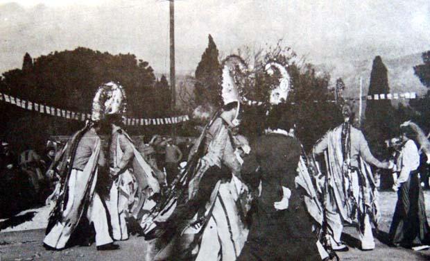 Η μάσκαρα χορεύει Καντρίλιες.