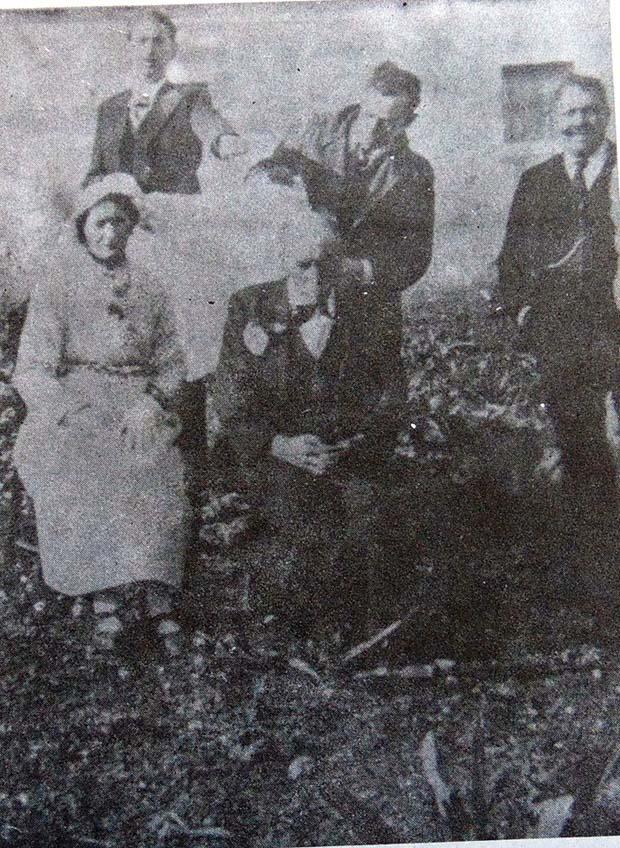 """Καρναβάλια 1940. """"Στέφεται ο δούλος του Θεού Ιωάννης τη δούλη του Θεού Ελβίρα"""". Η φωτογραφία στις Βινάριες, στο διαλυμένο κατάστημα του Προυσού. Το 1940 λόγω του πολέμου δεν έγινε Κομιτάτο. το αργοστόλι όμως γλέντησε παντρεύοντας τον Γομπογιάννη ή Τζωρτζινα."""