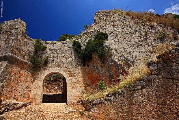 Η είσοδος του κάστρου του Αγίου Γεωργίου, στη Λειβαθώ
