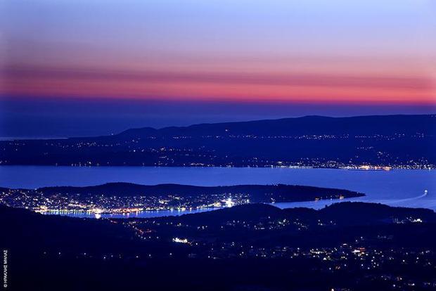 Πανοραμική άποψη του Αργοστολίου, με τη λιμνοθάλασσα και στο βάθος το Ληξούρι